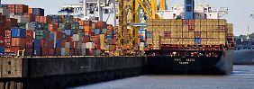 Voll beladen: An den Containerterminals in Hamburg stapeln sich die Waren der deutschen Exporteure.