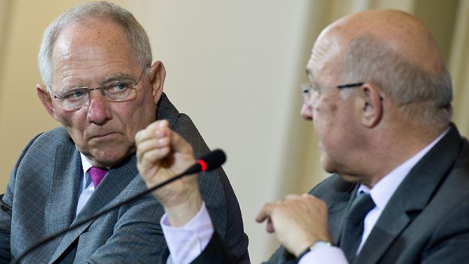 Bundesfinanzminister Wolfgang Schäuble (l., CDU) und sein neuer französischer Amtskollege Michel Sapin planen eine Investitions-Strategie.