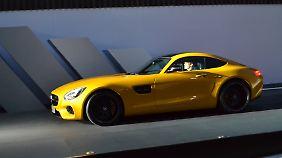 Der Grill des Mercedes AMG GT steht steil und selbstbewusst im Wind.