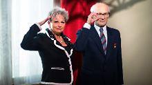 Dagmar Frederic in stolzer Pose neben der Wachsfigur Erich Honeckers.