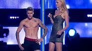 """Bieber muss sich bei der """"Fashion Rocks""""-Veranstaltung den Buh-Rufen des Publikums stellen und lässt als Gegenaktion überraschend alle Hüllen fallen. """"Ist das besser?"""", soll der 20-Jährige gerufen haben."""