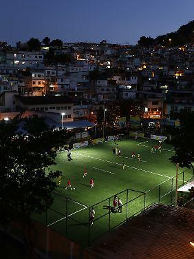 Es werde Licht: Das neue Fußballfeld in der Favela Mineira.