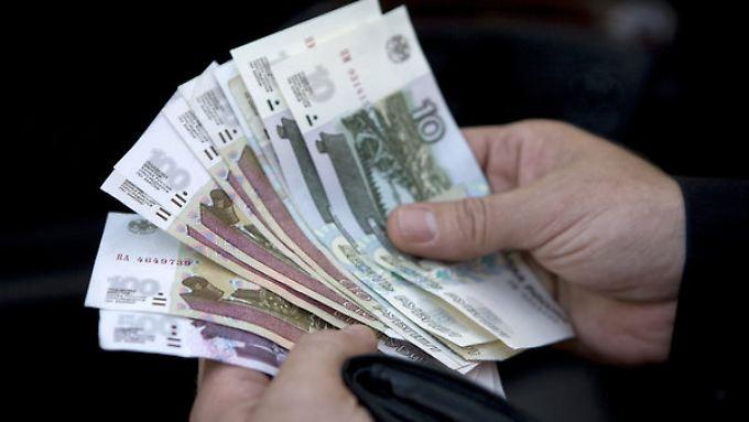 Die Sanktionsspirale setzt dem russischen Rubel weiter zu.