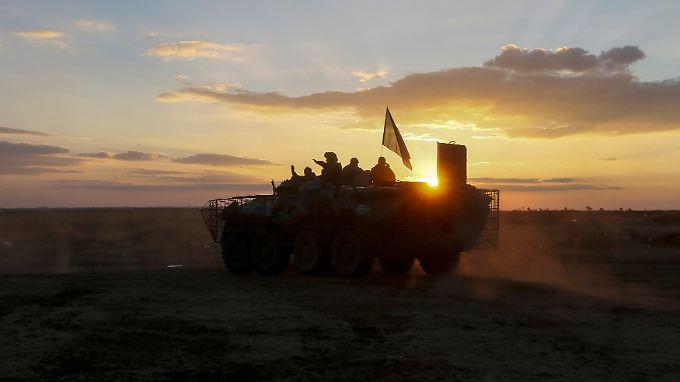 Der Truppentransporter, auf dem diese ukrainischen Fallschirmjäger gen Sonnenuntergang fahren, stammt noch aus sowjetischen Beständen.