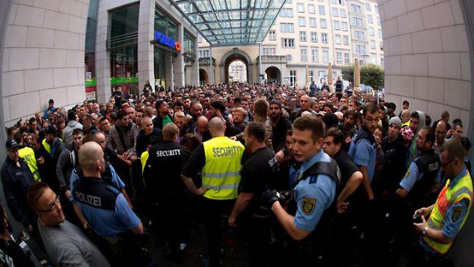 Polizei und Sicherheitskräfte sorgen in der Dresdener Altmarktgalerie zum iPhone-Verkauftsstart für Ordnung.