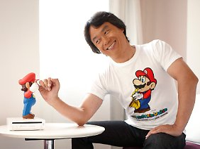 """Spieleentwickler Shigeru Miyamoto mit seinem wohl größten Erfolg: Die """"Super Mario""""-Spiele verhalfen Nintendo zum Durchbruch und zu einer der bekanntesten Spielfiguren in der Gamer-Szene überhaupt."""