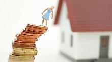 Extra-Kosten: Bei der Immobilienfinanzierung kassieren viele Banken ab, wenn nachträglich zum Beispiel einer der Kreditnehmer aus dem Vertrag entlassen werden will.