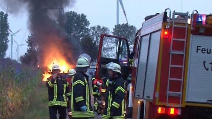 Schwer zu löschen, Gefahren für die Umwelt: Einsatzkräfte der Feuerwehr stimmen sich über das richtige Vorgehen ab.