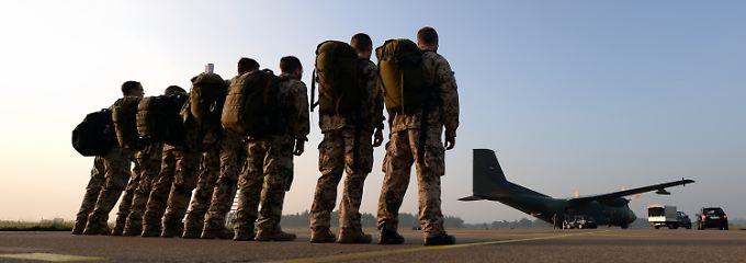 Bereit zum Abflug: Die sieben Bundeswehrsoldaten vor ihrer Transall auf dem Nato-Flugplatz Hohn in Schleswig-Holstein. Hier begann die Odyssee der Gruppe in den Nordirak.
