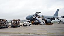 Beim Beladen der Maschine, die bereits auf dem Weg nach Westafrika ist.