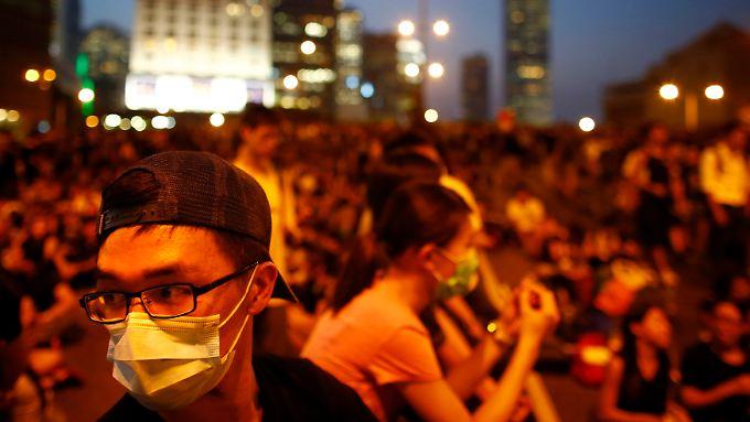 Zehntausende Menschen gehen in Hongkong auf die Straßen - auch nachts.