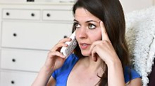 Wer von einem unbekannten Finanzvermittler einen Anruf erhält, sollte vorsichtig sein: per Telefon nehmen meist nur unseriöse Anbieter Kontakt auf.