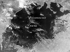 Die Nasa veröffentlichte auch eine Schwarz-Weiß-Aufnahme, die den Aralsee im Jahr 1960 zeigt.