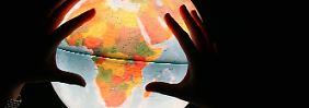Nur der Globus zeigt die wahren Größenverhältnisse. Karten dagegen arbeiten gezwungenermaßen mit Verlusten.