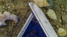 Das große Smartphone fühlt sich edler an, das kleinere sicherer.
