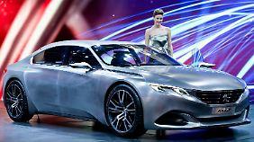 Beim Peugeot Exalt wird nicht nur Wert auf Recyclingmaterialien gelegt. Der aerodynamische Flitzer verbirgt im Kofferraum auch einen kleinen Roller, falls es mit dem Auto nicht weitergeht.