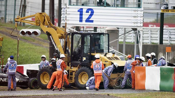 Unübersichtliche Lage: Ein Abschleppwagen birgt Sutils Wagen, dahinter das Auto von Bianchi.