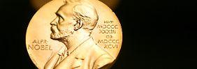 Alle Nobelpreisträger erhalten eine Urkunde, eine Goldmedaille und ein Preisgeld. Seit 2012 beträgt die Summe rund 878.000 Euro.