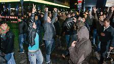Richtig ernst wird es dann am Abend. Vor einer Moschee im Stadtteil St. Georg steht 400 kurdischen Demonstranten eine Gegenbewegung gegenüber.