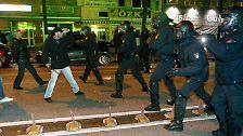 Die Polizei greift ein und wird so ebenfalls in die gewaltsame Auseinandersetzung gezogen.