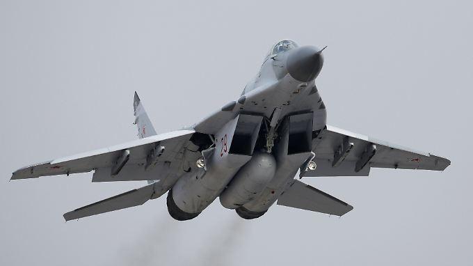 """Ein MiG-29-Kampfjet bei einer Übung für die Parade zum """"Tag des Sieges"""" in Moskau im Mai 2010."""