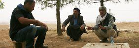 Emin Inan, Hassan Keskinbicak und andere Kurden diskutieren - während sie auf den Krieg warten.