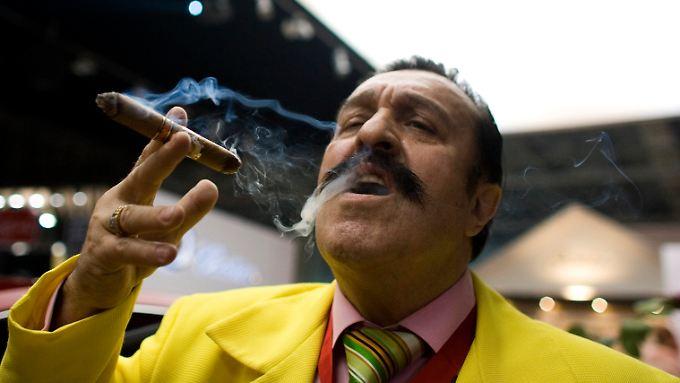 """Zigarrenraucher bei der Moskauer """"Millionärsmesse"""": Weltweit gibt es fast 35 Millionen Millionäre."""