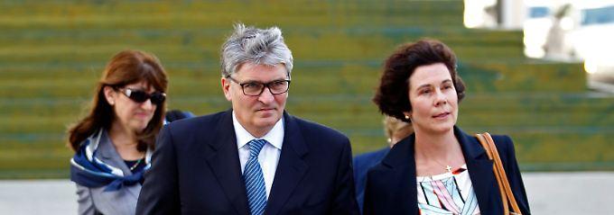 Raoul Weil mit seiner Frau Susan auf dem Weg zum Gericht.