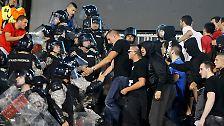 Serbische Fans liefern sich dann im Stadion Kämpfe mit den Sicherheitskräften.