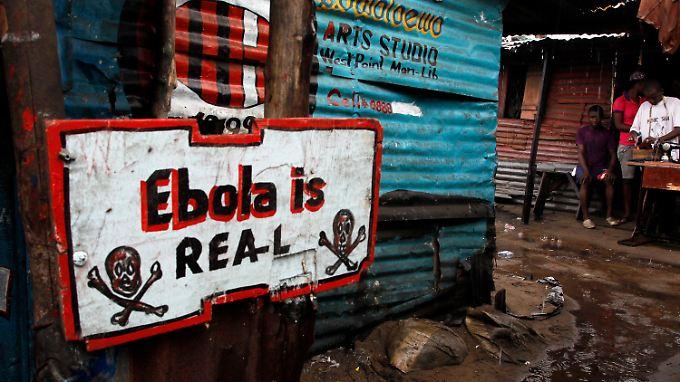 """""""Ebola ist echt"""", heißt es auf diesem Schild in Monrovia, der Hauptstadt Liberias."""