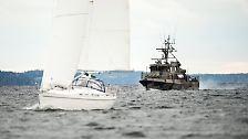 """Fangen wir ganz von vorne an. Alles beginnt am späten Freitagabend. Vor der Küste Stockholms löst die Marine einen Großeinsatz aus. Es heißt, es gebe einen Verdacht auf """"fremde Unterwasseraktivitäten""""."""