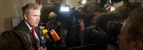 Der Verhandlungsführer der SPD, Andreas Bausewein, gibt eine Statement ab.