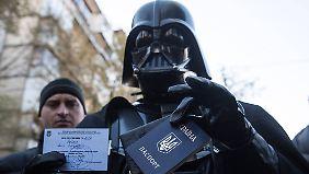 Spaß in Krisenzeiten: Darth Vader scheitert an ukrainischen Wahlhelfern