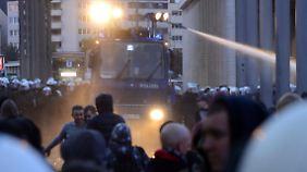 Demo in Köln außer Kontrolle: Hooligans liefern sich Straßenschlacht mit Polizei