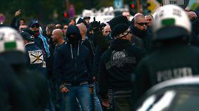 """Aus den Reihen der Demonstration drangen immer wieder """"Ausländer raus!""""-Rufe."""