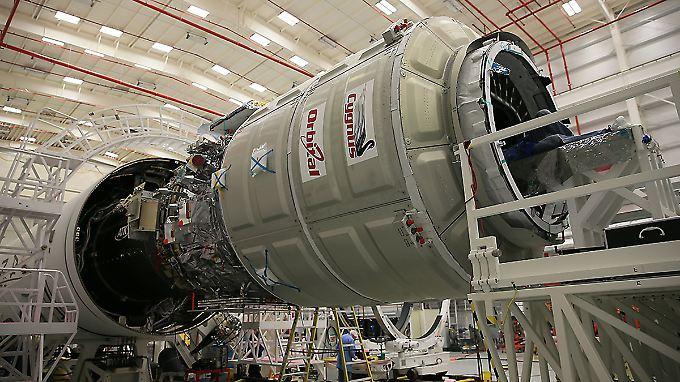 """Ein """"Cygnus""""-Frachter wartet in einer Montagehalle auf den Start."""