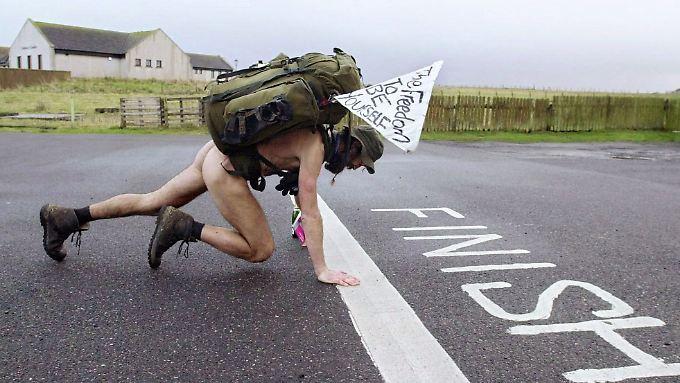 Stephen Gough am Ziel seiner ersten Großbritannien-Durchquerung. Damals konnte er sich relativ unbehelligt bewegen.