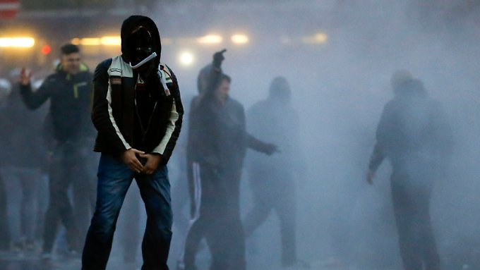 In Köln hatten mehr als 4800 Hooligans und Rechtsextreme demonstriert, in Berlin werden 10.000 Menschen erwartet.