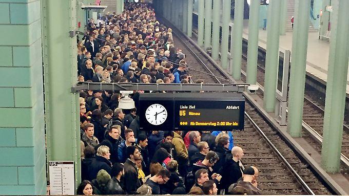 Dass GDL und Bahn nun über den Schlichtungsvorschlag feilschen, bringt den Bahnreisenden erstmal nichts. Am Alexanderplatz in Berlin drängen sich Hunderte Reisende auf U-Bahnsteigen, weil kaum S-Bahnen fahren.