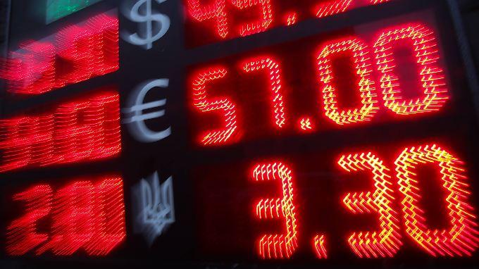 Der russische Rubel wertet zu Dollar und Euro kräftig ab.