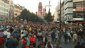 Feiern, schauen, einkaufen: Ostberliner legen nach dem Mauerfall den Kudamm lahm