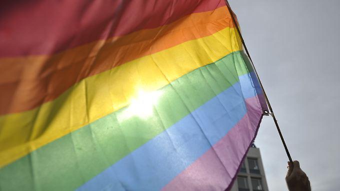 Mit der Regenbogenfahne zum Standesamt: Zum ersten Mal war das nun auch in St. Petersburg möglich.