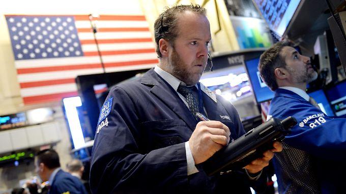 Die Wall Street sucht nach der jüngsten Rekordjagd die Richtung. Ein deutlicher Rücksetzer ist nicht ausgeschlossen.