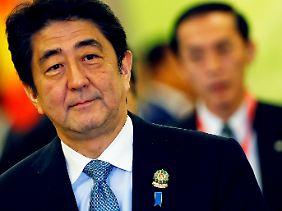 Ministerpräsident Shinzo Abe hat ein Problem.