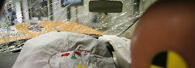 Treibladung im Lenkrad: Im Idealfall kann ein Airbag Leben retten (hier ein Test-Crash beim TÜV Rheinland, Archivbild).