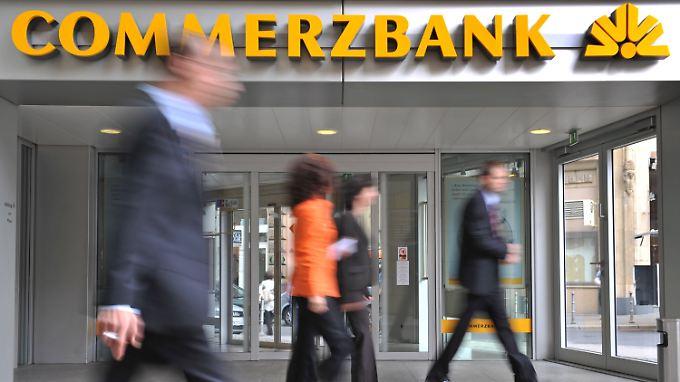 Nachdem die Commerzbank Negativzinsen angekündigt hatte, wagen sich auch andere deutsche Banken aus der Deckung.