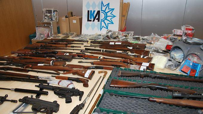Diese Waffen beschlagnahmte das Landeskriminalamt Kelheim. Neben den Waffen fanden sie auch 20.000 Schuss Munition.
