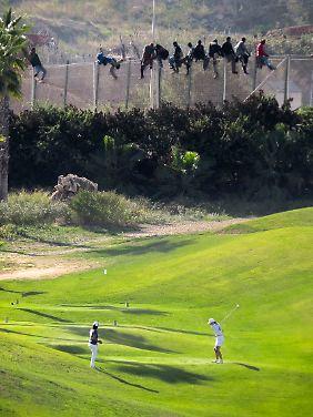 Abschlag vor Elends-Kulisse: In der spanischen Enklave Melilla grenzt ein Golfplatz an den Zaun der EU-Außengrenze.