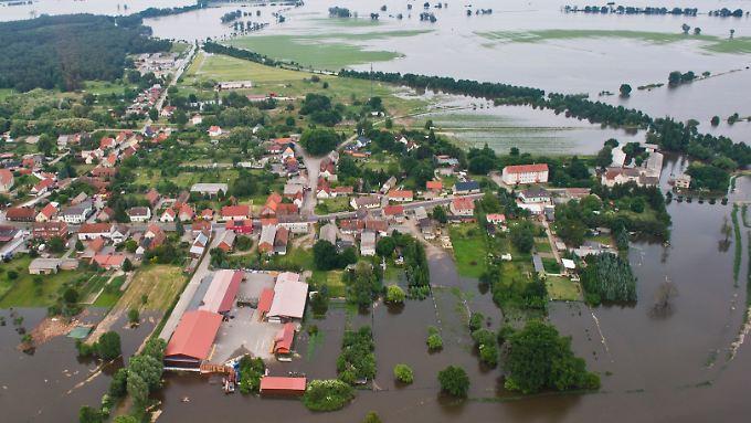 Die Luftaufnahme zeigt am 12.06.2013 das Hochwasser zwischen Neuermark-Lübars und Schönhausen (Sachsen-Anhalt).