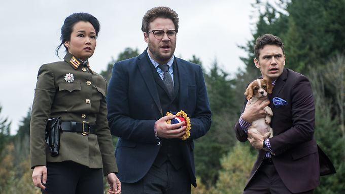 """Szene aus """"The Interview"""" mit Seth Rogen (M.) und James Franco. Nordkorea ist erbost über den Film - aber steckt das Land auch hinter dem Computerangriff."""